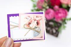 Blumenstrauß von Blumen in einem Kasten, Disponent von Rosen für Muttertag Rose in einer Geschenkbox Blumen am 8. März Glückliche lizenzfreies stockbild