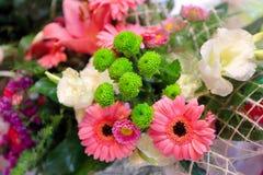 Blumenstrauß von Blumen in einem Korb Lizenzfreie Stockfotografie
