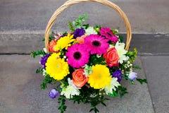 Blumenstrauß von Blumen im Korb Lizenzfreie Stockfotos