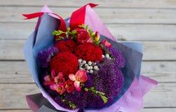 Blumenstrauß von Blumen im Purpur, Burgunder, rosa Stockbilder