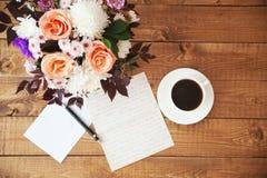 Blumenstrauß von Blumen und von Buchstaben auf dem Tisch Stockfotos