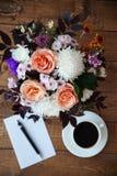 Blumenstrauß von Blumen und von Buchstaben auf dem Tisch Lizenzfreies Stockbild