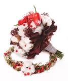 Blumenstrauß von Blumenbaumwolle, von roten Beeren und von rotem Pfeffer auf dem BAC Lizenzfreies Stockfoto