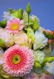 Blumenstrauß von Blumenrosen Gerbera blüht Gartennelken Stockbild
