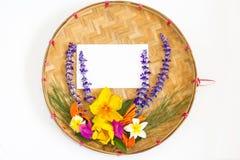 Blumenstrauß von bunten Blumen auf dreschendem Korb Lizenzfreies Stockfoto
