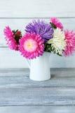 Blumenstrauß von bunten Blumen in einem weißen Vase stockfotografie