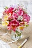 Blumenstrauß von bunten Freesieblumen Lizenzfreie Stockfotografie