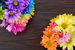 Blumenstrauß von bunten Podien auf Tabelle Stockbilder