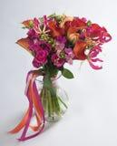 Blumenstrauß von Callalilias und -rosen Lizenzfreie Stockfotografie