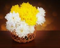 Blumenstrauß von Chrysanthemen in einem Weidenkorb Lizenzfreie Stockbilder