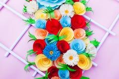 Blumenstrauß von den Blumen gemacht mit Papier auf einer rosa Oberfläche stockfotos