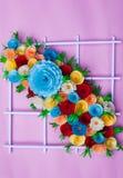 Blumenstrauß von den Blumen gemacht mit Papier auf einer rosa Oberfläche lizenzfreie stockbilder