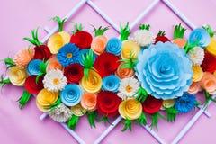 Blumenstrauß von den Blumen gemacht mit Papier auf einer rosa Oberfläche stockbild