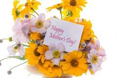 Blumenstrauß von den gelben großen Gänseblümchen lokalisiert auf Weiß Lizenzfreie Stockfotos