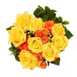 Blumenstrauß von den gelben und orange Rosen lokalisiert Lizenzfreies Stockfoto