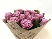 Blumenstrauß von den rosa Rosen eingewickelt im Kraftpapier lizenzfreie stockfotos