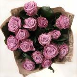 Blumenstrauß von den rosa Rosen eingewickelt im Kraftpapier, Draufsicht lizenzfreie stockfotografie