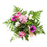 Blumenstrauß von den rosa und purpurroten Frühlingsblumen lokalisiert auf Weiß Stockfotos
