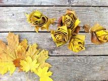 Blumenstrauß von den Rosen gemacht von den Ahornblättern auf einem alten grauen hölzernen Hintergrund Stockfotografie
