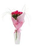 Blumenstrauß von den roten Rosen im weißen Vase getrennt lizenzfreie stockbilder