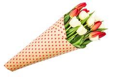 Blumenstrauß von den roten und weißen Tulpen eingewickelt im Papier mit Herzen Lokalisiert über Weiß Stockbild