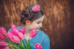 Blumenstrauß von den Tulpen, die durch nettes kleines Mädchen halten stockfotos