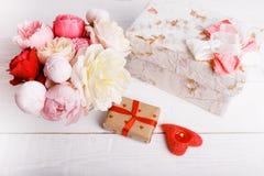 Blumenstrauß von Englisch stieg in Vase, Geschenk, rote Kerzen in Form des Herzens, Band Grußkarte, Einladung in den hellen Paste lizenzfreies stockfoto