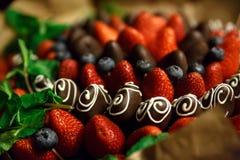 Blumenstrauß von Erdbeeren in der Schokolade lizenzfreie stockfotografie