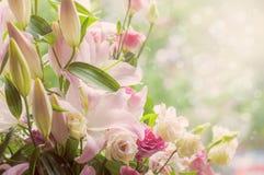Blumenstrauß von Eustoma, Lilien, Rosenblumen, auf grünem Hintergrund Stockbilder