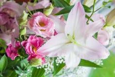 Blumenstrauß von Eustoma, Lilien, Rosenblumen, auf grünem Hintergrund Stockfoto