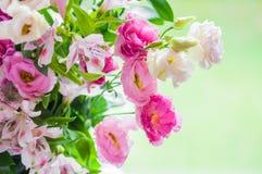 Blumenstrauß von Eustoma, Lilien, Rosenblumen, auf grünem Hintergrund Lizenzfreies Stockfoto