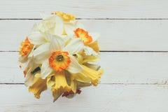 Blumenstrauß von frischen Blumen von Narzissen auf einem weißen hölzernen Hintergrund mit Raum für Text Stockfoto