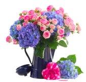 Blumenstrauß von frischen rosa Rosen und von blauem Hortensia blüht lizenzfreies stockfoto