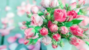 Blumenstrauß von frischen Rosen in einem Vase Lizenzfreie Stockfotos