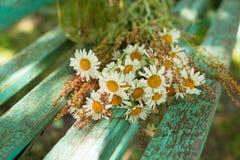 Blumenstrauß von Gänseblümchen auf den Brettern Lizenzfreie Stockfotos