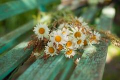 Blumenstrauß von Gänseblümchen auf den Brettern Lizenzfreies Stockfoto