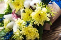 Blumenstrauß von gelben Gänseblümchen Stockbilder