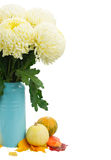 Blumenstrauß von gelben Mamas in der Gießkanne stockbilder