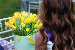 Blumenstrauß von gelben Tulpen in den Händen Stockfoto