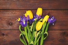Blumenstrauß von gelben Tulpen und von Iris Stockfoto