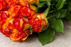 Blumenstrauß von gelben und roten Rosen Lizenzfreie Stockbilder