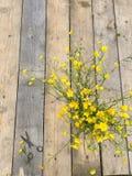 Blumenstrauß von gelben wilden Blumen und von rostigen Scheren im Glas auf einem hölzernen Hintergrund, rustikales stillife Lizenzfreie Stockfotos