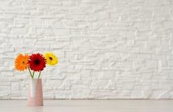 Blumenstrauß von Gerbera drei in einem Vase auf dem Boden auf einem backgrou Stockbild