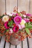 Blumenstrauß von Gerbera- und Dahlienblumen Lizenzfreies Stockbild