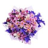 Blumenstrauß von Gerbera, von Gartennelken und von anderen Blumen im blauen Paket Lizenzfreie Stockbilder