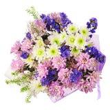Blumenstrauß von Gerbera, von Gartennelken und von anderen Blumen im blauen Paket Stockfotografie