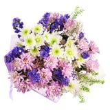 Blumenstrauß von Gerbera, von Gartennelken und von anderen Blumen im blauen Paket Lizenzfreie Stockfotos