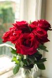 Blumenstrauß von großen roten Rosen Stockfotografie