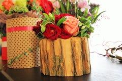 Blumenstrauß von Herbstblumen in einer Holzkiste Lizenzfreie Stockbilder