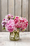 Blumenstrauß von Hortensia (Hortensie macrophylla) und von Pfingstrosenblumen Lizenzfreies Stockbild